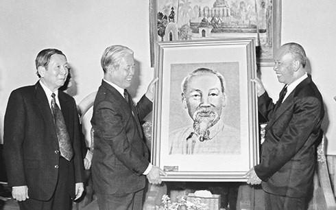 老挝人民革命党、国会、政府和建国阵线就原越共中央总书记杜梅逝世致唁电 - ảnh 1