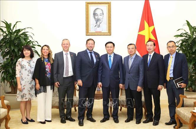 越南政府副总理王庭惠会见英国首相贸易特使艾德·维济 - ảnh 1