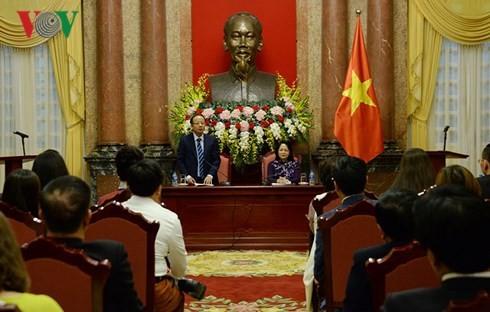 越南国家代主席邓氏玉盛会见中小企业代表团 - ảnh 1