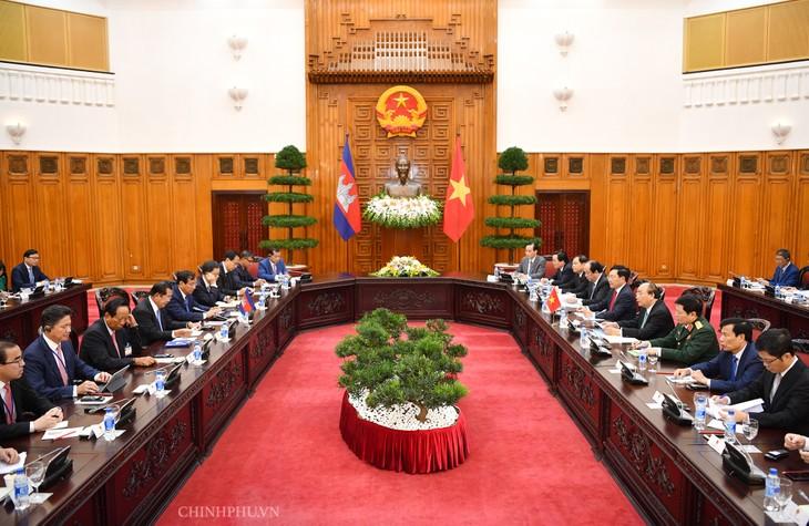 阮春福与柬埔寨首相洪森举行会谈 - ảnh 1