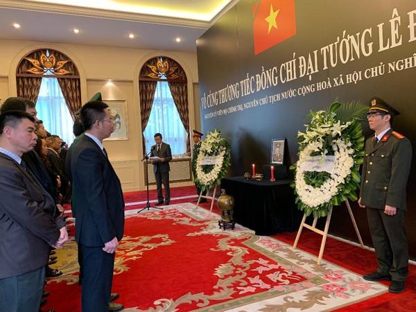越南驻各国大使馆为原越南国家主席黎德英举行悼念仪式并设置悼念簿 - ảnh 1