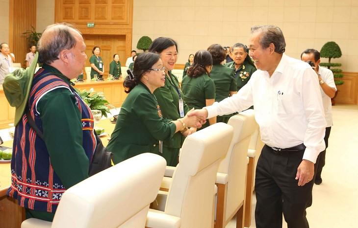 越南政府副总理张和平会见广驼交运老突击青年干部和战士联络部代表团 - ảnh 1