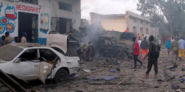 Somalie: Deux véhicules piégés explosent à Mogadiscio, plusieurs morts - ảnh 1