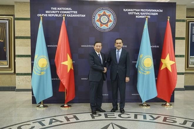 Le ministre vietnamien de la Sécurité publique en visite au Kazakhstan - ảnh 1