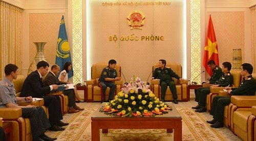 Le vice-ministre kazakh de la Défense reçu par Ngô Xuân Lich - ảnh 1