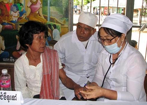 Les médecins vietnamiens dévoués aux Cambodgiens - ảnh 2