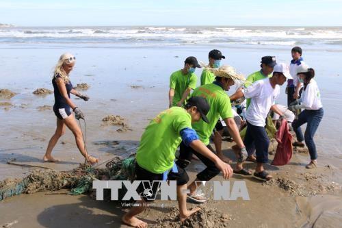 En vacances à Mui Ne, des touristes optent pour une collecte de déchets sur la plage - ảnh 1