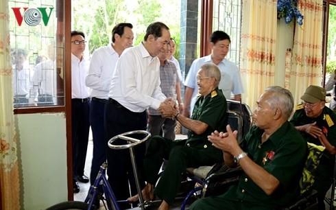 Trân Dai Quang rend visite aux invalides de guerre dans un centre de soin  - ảnh 1