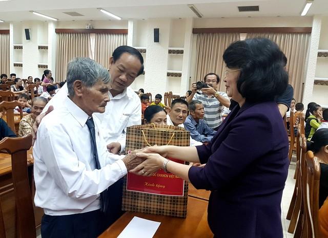 Dang Thi Ngoc Thinh offre des cadeaux à des familles méritantes de la province de Quang Nam  - ảnh 1