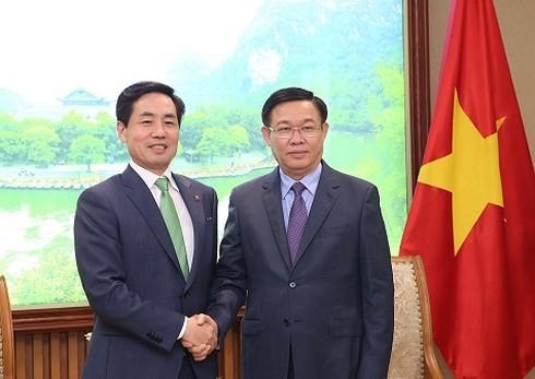 Le PDG de Lotte Card reçu par le vice-Premier ministre Vuong Dinh Huê - ảnh 1