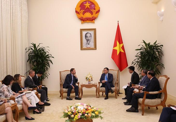 Vuong Dinh Huê reçoit l'envoyé commercial de la Première ministre britannique - ảnh 1