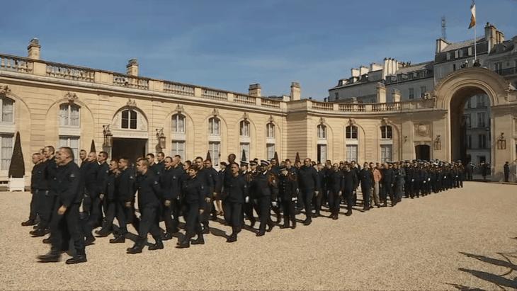 Notre-Dame de Paris : l'hommage aux pompiers - ảnh 1