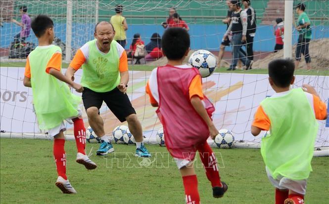 L'entraîneur Park Hang-seo fait rêver les enfants de Phu Tho  - ảnh 1
