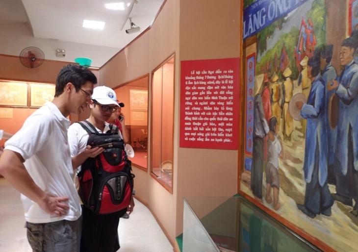 Les jeunes Vietkieus visitent des sites culturels cham à Ninh Thuân - ảnh 1