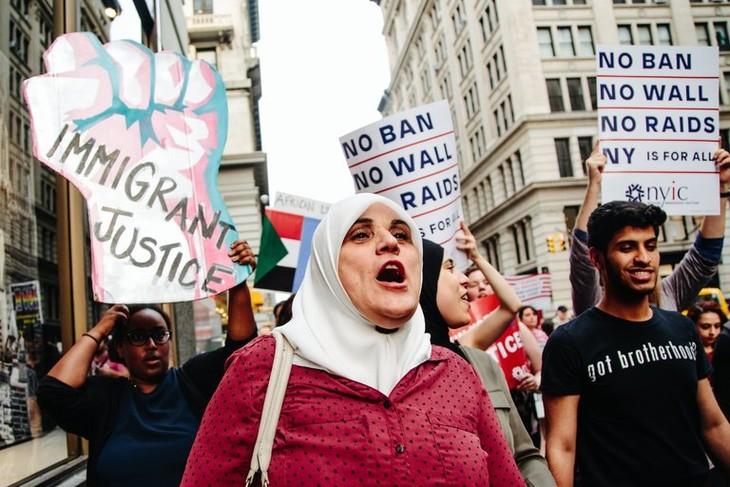 Supreme Court justices temporarily preserve Trump's refugee ban - ảnh 1
