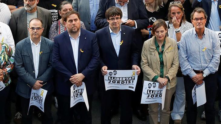 Catalogne: huit membres du gouvernement destitué placés en détention provisoire - ảnh 1