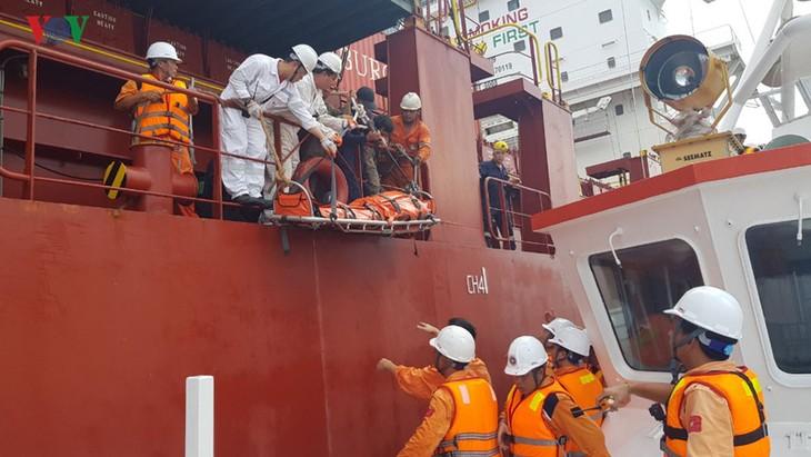 Sauvetage d'un marin philippin au large de Ba Ria-Vung Tau - ảnh 1