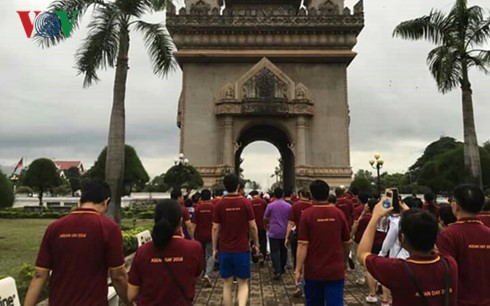 Laos holds walk to mark ASEAN's 49th founding anniversary  - ảnh 1