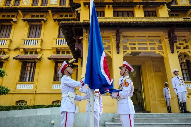 Flag raising ceremony marks ASEAN's 50th anniversary  - ảnh 1