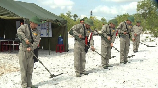 Vietnam, South Korea cooperate in mine action - ảnh 1