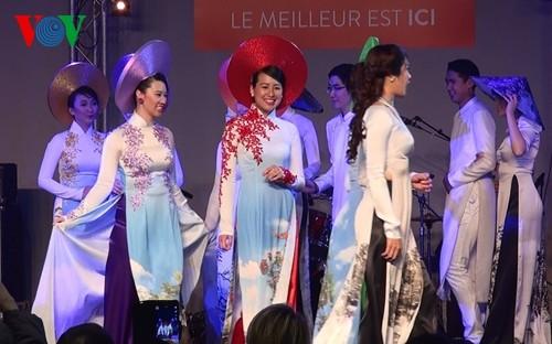 Präsentation der vietnamesischen Tracht Ao Dai auf der Messe in Paris 2015 - ảnh 1