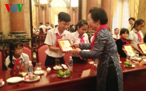 Vize-Staatspräsidentin trifft Kinder aus armen Verhältnissen - ảnh 1