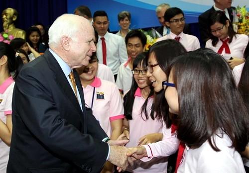 Die Delegation der US-Senatoren trifft Studenten in Ho Chi Minh Stadt - ảnh 1