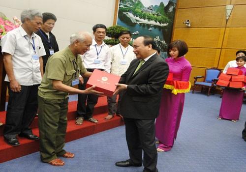 Vize-Premierminister Nguyen Xuan Phuc empfängt Menschen mit großem Ansehen  - ảnh 1
