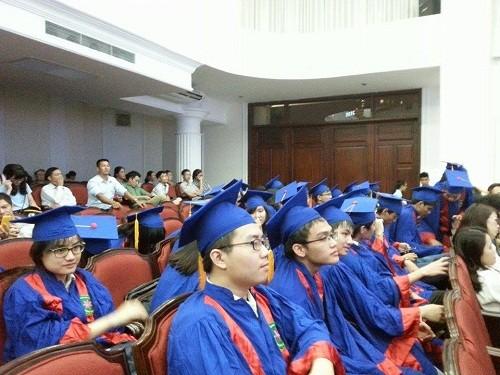 """Zahlreiche ausgezeichnete Studenten bekommen den Preis """"Hoa Trang Nguyen"""" - ảnh 1"""