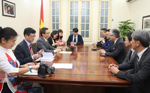 Vizepremierminister Vu Duc Dam empfängt Vorsitzende der japanischen Zeitung Asahi Shimbun - ảnh 1