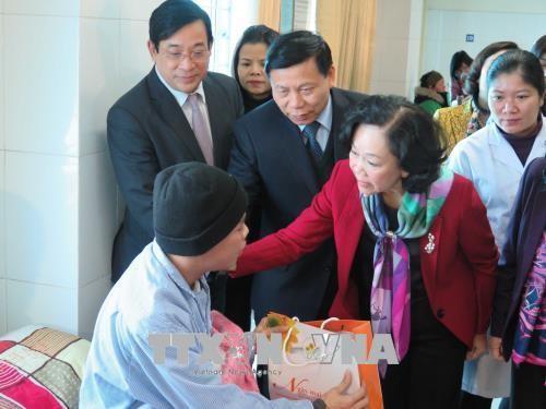 Die Leiterin der Zentralabteilung für Volksaufklärung besucht Patienten im Krankenhaus Bac Ninh - ảnh 1