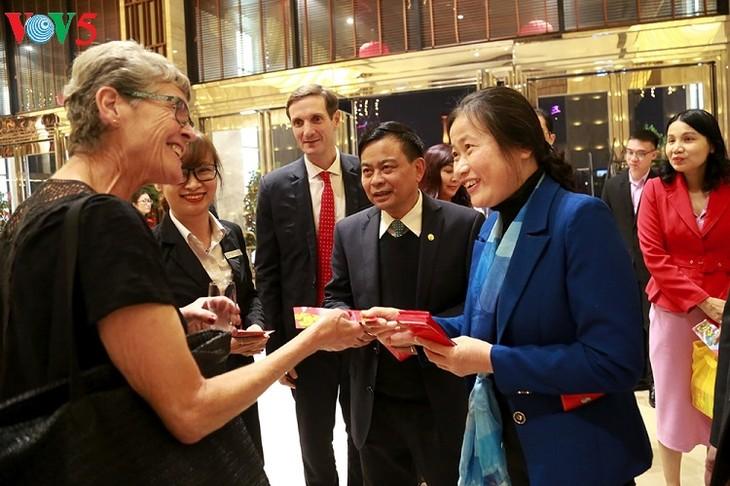 Die ersten ausländischen Gästen besuchen die Ha Long-Bucht - ảnh 1