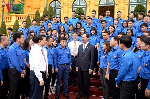 Staatspräsident Tran Dai Quang trifft vorbildliche Jugendliche der zentralen Behörden  - ảnh 1