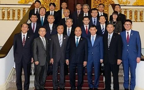 Premierminister Nguyen Xuan Phuc empfängt den Gouverneur der japanischen Provinz Fukuoka  - ảnh 1