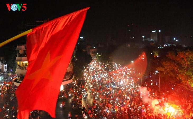 Die Fußballfans feuern die Fußballolympiamannschaft Vietnams an - ảnh 1