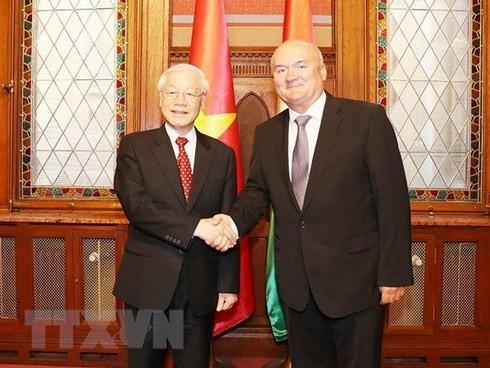 KPV-Generalsekretär Nguyen Phu Trong trifft Präsident und Vize-Parlamentspräsident Ungarns - ảnh 2