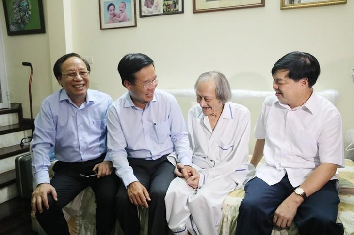 Der Leiter der Abteilung für Aufklärung und Erziehung Vo Van Thuong beglückwünscht die Bühnenkünstler - ảnh 1