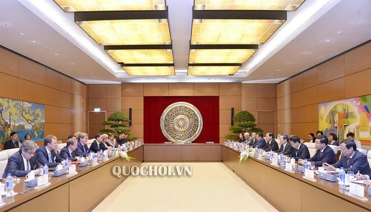Vize-Parlamentspräsident Phung Quoc Hien empfängt die Delegation des Fischereiausschusses von EP - ảnh 1