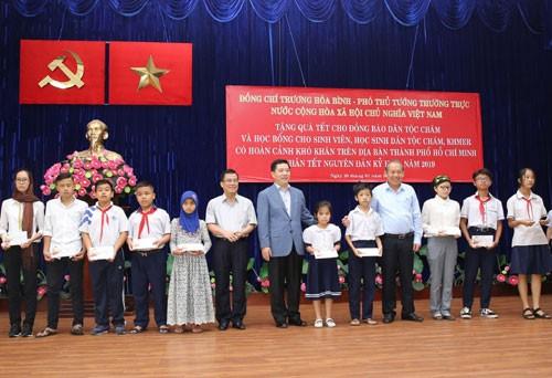 Vize-Premierminister Truong Hoa Binh besucht Cham-Volksgruppe und Khmer-Volksgruppe in Ho Chi Minh Stadt - ảnh 1