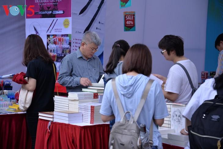 Bücher im geistigen Leben vietnamesischer Jugendlicher - ảnh 1