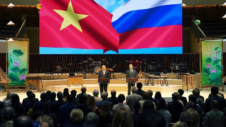Russlands und Vietnams Regierungschefs nehmen an Eröffnung des Vietnam-Russland-Jahres teil - ảnh 1
