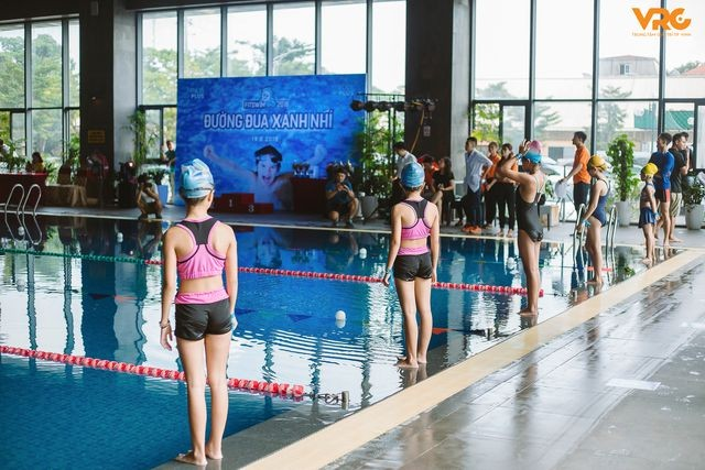 Die kleinen Schwimmsportler warten auf das größte Schwimmturnier  - ảnh 1