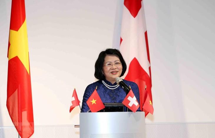 Vize-Staatspräsidentin Dang Thi Ngoc Thinh trifft vietnamesische Studierende und Akademiker in der Schweiz - ảnh 1