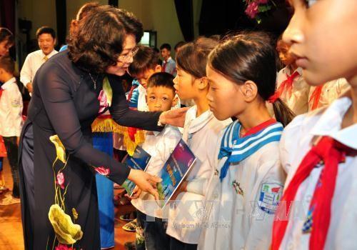 Данг Тхи Нгок Тхинь передала подарки школьникам из малоимущих семьей в Хынгйене - ảnh 1