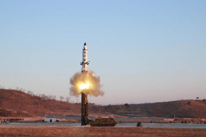КНДР запустила баллистическую ракету средней дальности - ảnh 1