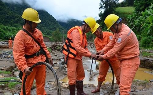 Во Вьетнаме продолжается работа по ликвидации последствий тайфуна «Доксури» - ảnh 1