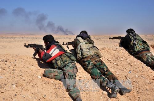 Сирийские войска окружают захваченный боевиками ИГ Эль-Карьятейн - ảnh 1