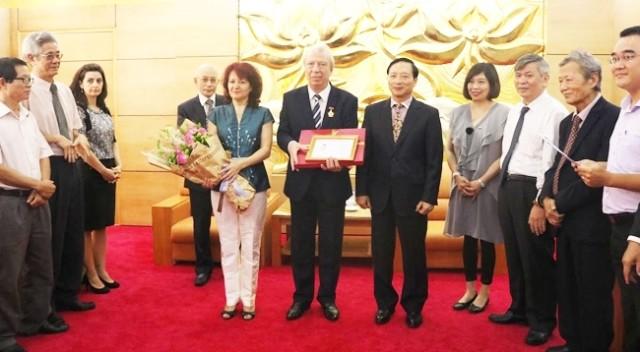 Посол Болгарии во Вьетнаме получил памятную медаль «Ради мира и дружбы между народами» - ảnh 1
