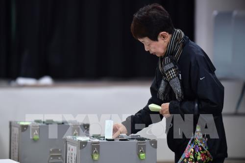 В Японии начались досрочные выборы в нижнюю палату парламента - ảnh 1