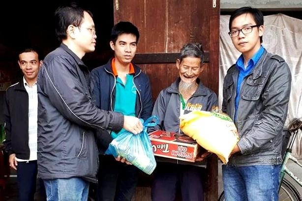Новогодние подарки малоимущим людям в провинции Куангнам - ảnh 1